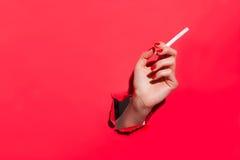 Рука урожая женская с сигаретой Стоковые Фотографии RF