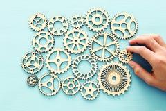 рука устанавливая cogwheel в наборе механизма шестерней стоковое фото