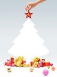 Рука устанавливая звезду na górze рождественской елки Стоковые Изображения RF