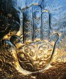 Рука Фатимы отражает на заходе солнца стоковые фотографии rf