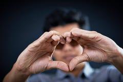 Рука формы влюбленности красивый человеком Стоковые Фото