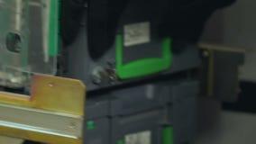 Рука хранения банкомата загрузки работника банка с случаями наличных денег акции видеоматериалы