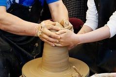 рука художника делая гончарню стоковое изображение