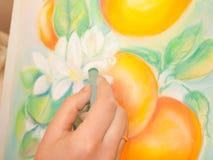 Рука художника с пастельной работой Стоковое Изображение