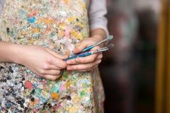 Рука художника держа paintbrush Стоковое Изображение
