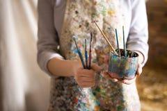 Рука художника держа paintbrush Стоковая Фотография RF