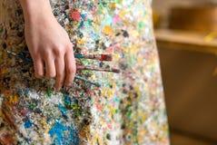 Рука художника держа paintbrush Стоковые Фото