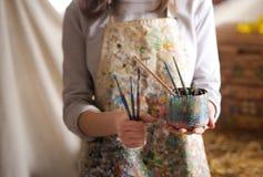 Рука художника держа paintbrush Стоковое Фото