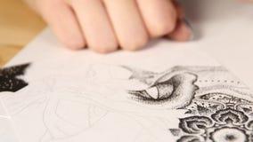 Рука художника рисует ручку видеоматериал