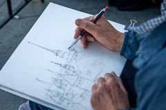 Рука художника с эскизом чертежа карандаша Стоковая Фотография RF