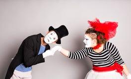 рука целуя человека влюбленности mimes womans портрета womans человека руки целуя Стоковая Фотография