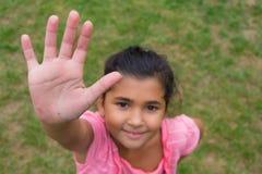 Рука цыганского ребенка предлагая на максимум 5 против расизма, съемки для Стоковое Изображение