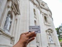 Рука человека держа билет купола Сан Pietro стоковые фотографии rf