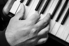 рука человека играя аккордеон в улице стоковые изображения