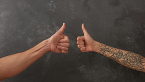 Рука человека и женская рука с татуировкой Стоковая Фотография RF