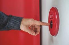 Рука человека переключатель пожарной сигнализации прессы на белой стене как предпосылка в непредвиденный случай на здании стоковые изображения rf