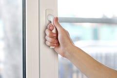 Рука человека раскрывает белое пластиковое окно конец вверх стоковая фотография rf