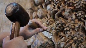 Рука человека ремесла делает деревянные сувениры для туристов сток-видео