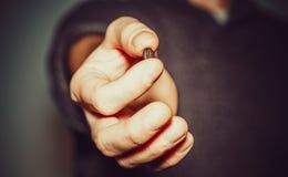 Рука человека с кофейным зерном стоковое изображение