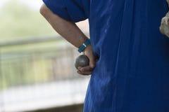 Рука человека с boules в руке стоковое фото rf
