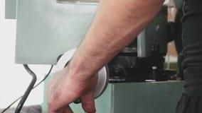 Рука человека управляет токарным станком сток-видео
