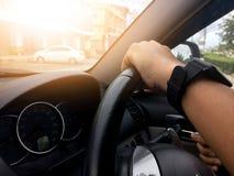 Рука человека управляя внутренним автомобилем стоковое фото rf