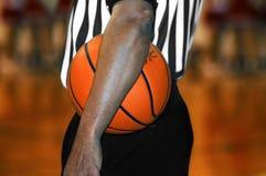 Рука через баскетбол стоковое изображение