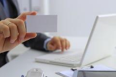 Рука человека давая визитную карточку в офисе Стоковая Фотография