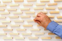 рука человека - выберите один из деревянного блока от много деревянных блоков стоковые фотографии rf