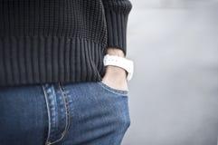 Рука человека в джинсах Стоковое фото RF
