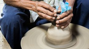 Рука человека гончара глины колеса ремесла гончарни керамическая Стоковые Изображения RF