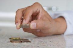 Рука человека, держа монетку 2 Стоковое фото RF
