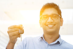 Рука человека держа новый ключ автомобиля стоковое изображение rf