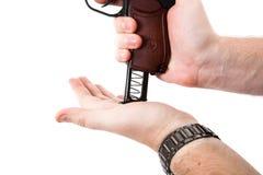 Рука человека держа пистолет Makarov Стоковые Фото