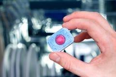 Рука человека держа таблетку судомойки Стоковая Фотография