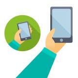Рука человека держа телефон в плоском дизайне Стоковые Изображения RF