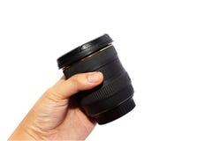 Рука человека держа широкоформатный объектив Стоковые Изображения RF