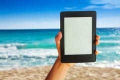 Рука человека держа электронное устройство для читать Стоковые Изображения