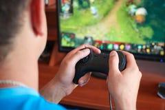 Рука человека играя компьютер Стоковые Изображения RF