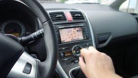 Рука человека изменяя ручной рычаг коробки передач - двойной климат - сбросы ac и дисплей навигации Стоковое Изображение