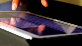Рука человека используя палец для касающего ПК планшета клавиатуры сток-видео