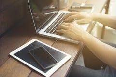 рука человека используя smartphone с цифровой таблеткой Стоковые Фото