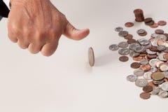 Рука человека меча большой палец руки крупного плана монетки вверх Стоковое фото RF