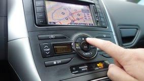 Рука человека нажимая управление блока автомобиля температуры - двойной климат - сбросы ac и дисплей навигации Стоковые Изображения RF