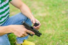 Рука человека оружия на зеленой предпосылке Стоковое фото RF