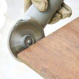 Рука человека полируя деревянную доску мимо увидела машину стоковое фото rf