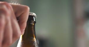 Рука человека раскрывая коричневый крупный план пивной бутылки Стоковая Фотография RF