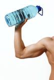 Рука человека с бутылкой воды Стоковые Фото