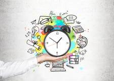 Рука человека s и схема контроля времени Стоковые Изображения RF