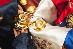 Рука что groom дает невесту для следования корейского традиционного ликера Стоковое Фото